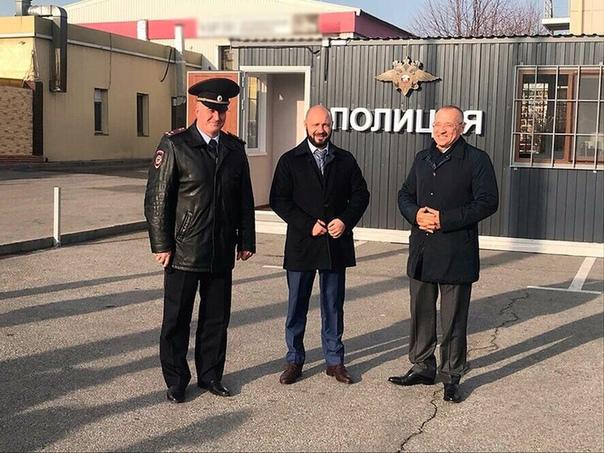 В Белгороде торжественно открыли первый мобильный пункт полиции На открытие мобильного пункта полиции приехал и мэр города Юрий Галдун. Глава администрации считает, что подобные новшества сродни