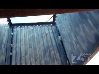 Две симпотных мололетки в кабинке Подсмотр скрытая камера