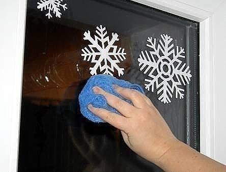 Как украсить окна к празднику Легко и просто, посмотрите идею! Понадобится: - зубная паста (белая) - маленькая ёмкость - глубокая тарелка с водой - тряпка - губка - бутылка-распрыскиватель с