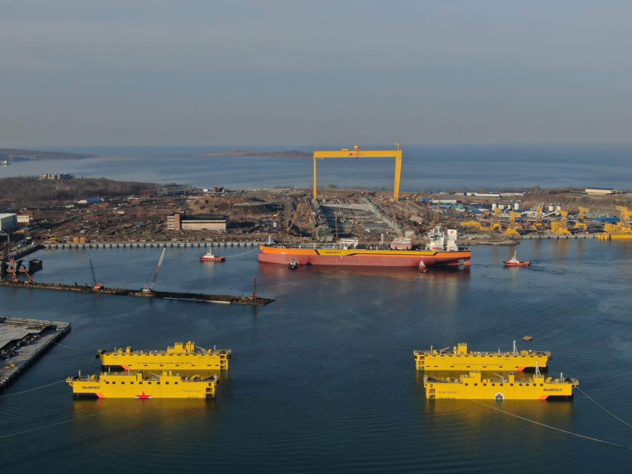 На верфи Звезда со стапеля в море спущен первый российский танкер класса Афрамакс.