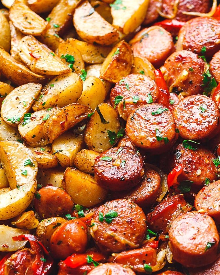 Фото: Копчёные колбаски с картофелем на сковороде
