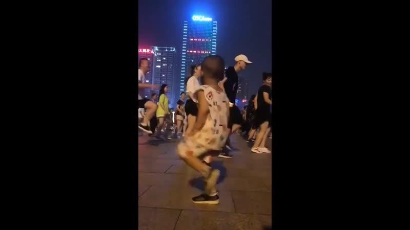Танцевальная пауза малыш который танцует лучше чем вы