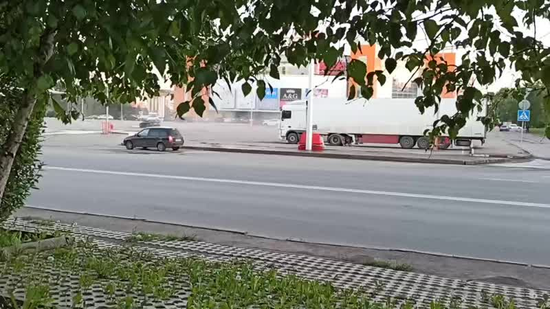 Дрифтер на парковке ТЦ Июнь