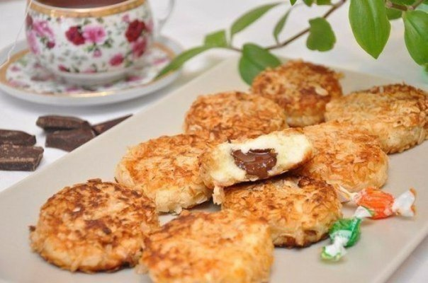 Сырники с шоколадной начинкой в панировке из овсяных хлопьев.