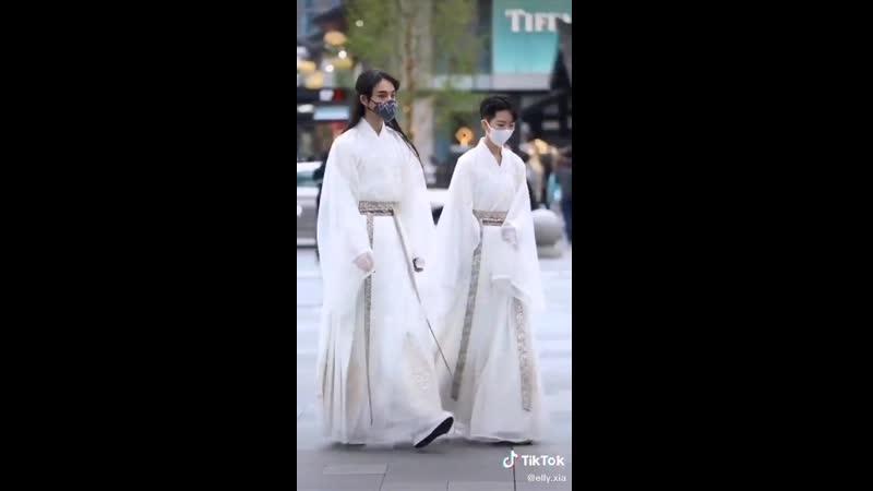 Даже в современном мире традиционная китайская одежда выглядит невероятно красиво и стильно