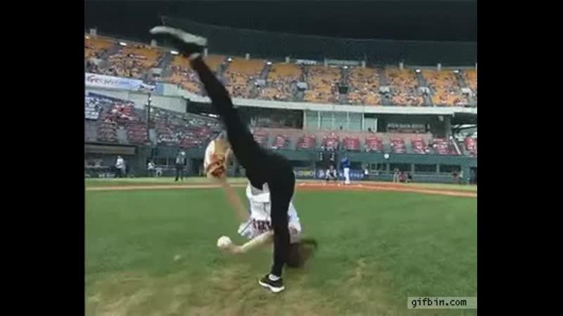 Amazing first pitch - South Korean Rhythmic gymnast Shin Soo-ji