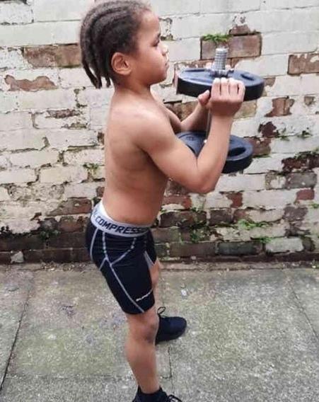 Мама отвела сына в качалку, а он стал горой мышц, мальчику восемь лет, но его телу уже скоро сможет позавидовать любой бодибилдер