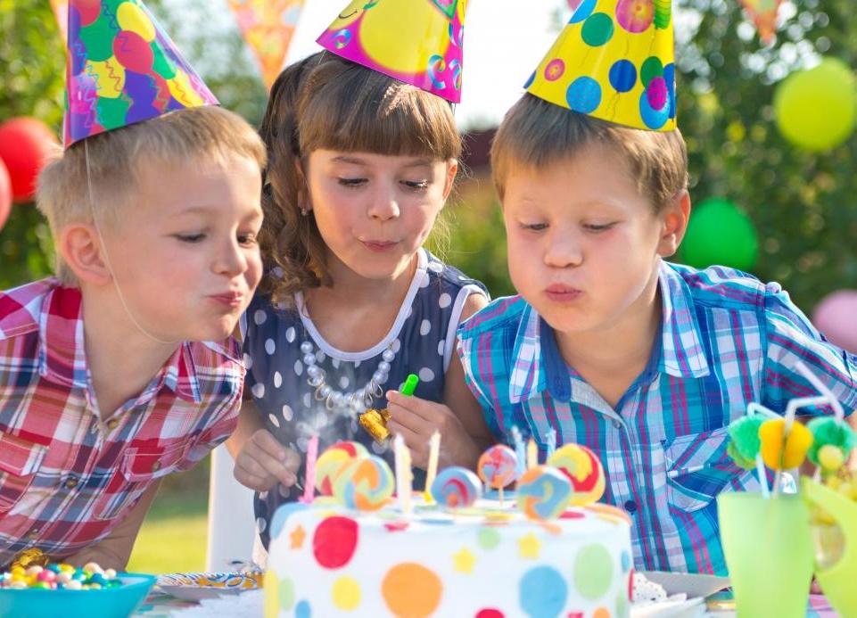 На любой день рождения десерт принято ставить свечи.