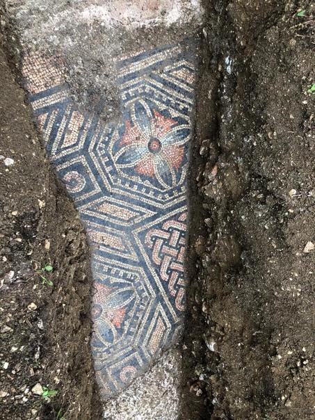 В Италии во время прокладки труб обнаружили древнеримскую мозаику.