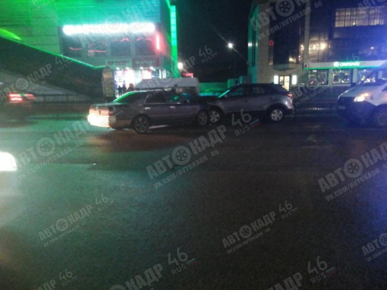В столкновении двух иномарок в центре Курска пострадали три человека