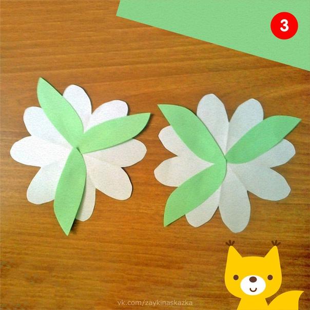 БУКЕТИКИ-ВЕЕРЫ Поделки из цветной бумагиПонадобятся:белая бумагацветная двусторонняя бумагаклей-карандашножницыИз белых квадратов размером 7х7см вырезаем пять цветочков.Украшаем цветы яркими