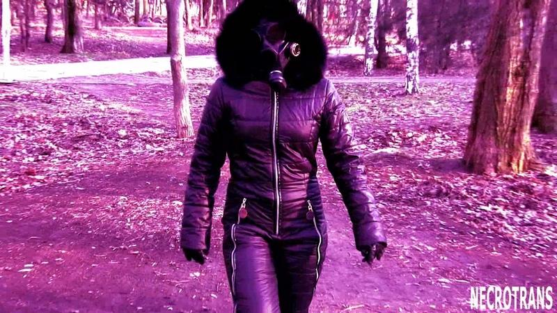 Прогулка девушки по парку в комбинезоне