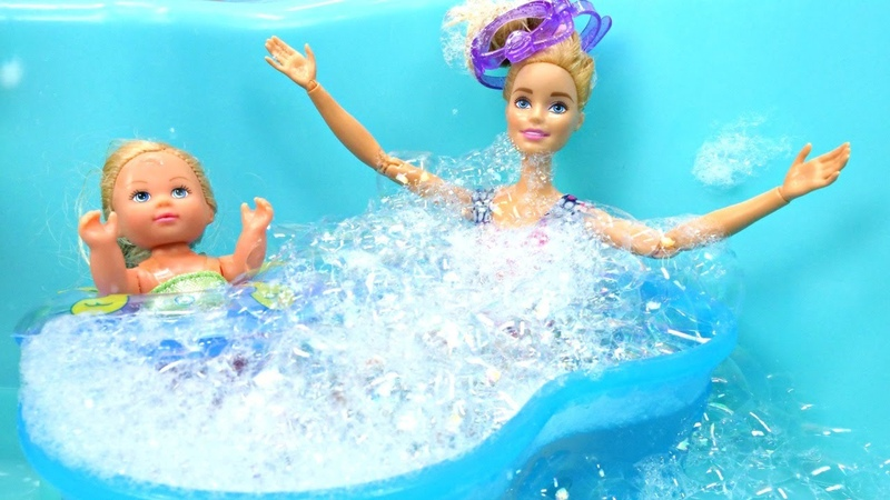 Barbie e Evi Love vão nadar na piscina Barbie em Português Vídeo de bonecas para meninas