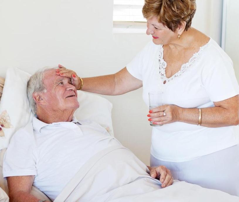 Туберкулез обычно поражает легкие и вызывает ночные поты и лихорадку.