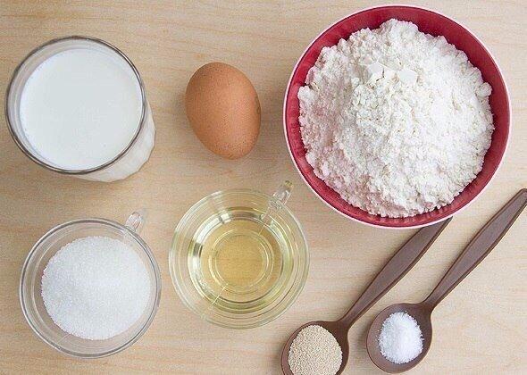 ОЛАДУШКИ, КАК У БАБУШКИ Нам понадобится:- Мука, 350-400 г- Яйцо, 1 шт.- Молоко, 500 мл- Дрожжи сухие, 1 ч. л.- Сахар, 2-3 ст. л.- Соль, 0,5 ч. л.- Масло растительное для жаркиДелаем:Молоко