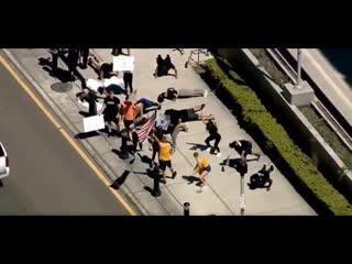 Три десятка людей вчера устроили акцию протеста у здания суда во Флориде.