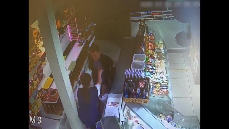 Пьяный мужчина с осколком бутылки ограбил магазин