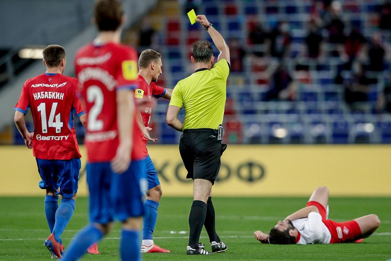 ЦСКА - Спартак, 2:0. Алексей Еськов дает желтую карточку