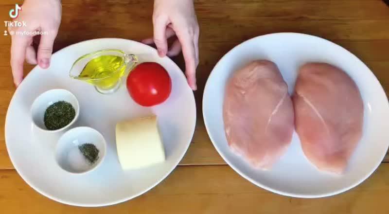 Куриная грудка «Капрезе» в духовке с сыром и помидорами