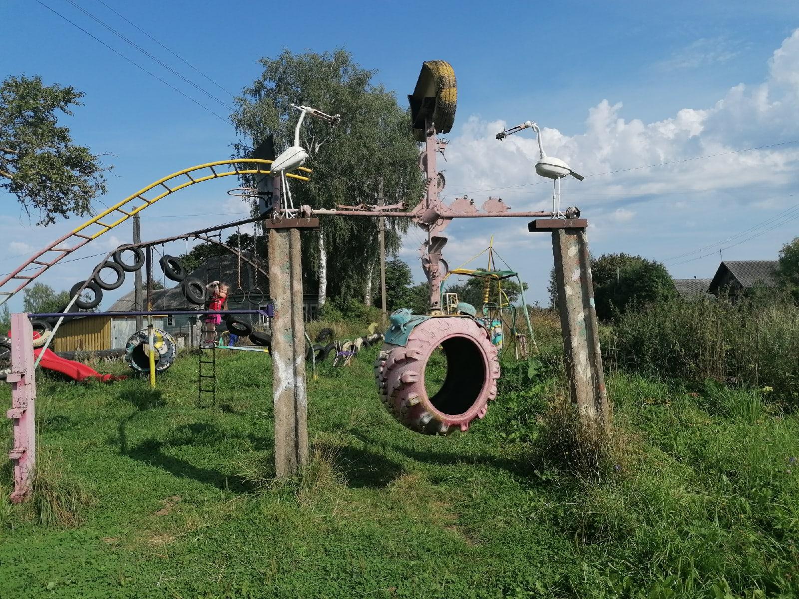 Суровая детская площадка в Тверской области - Фото