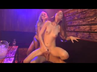 Малышка Riley Reid и Lyra Louvel трахаются в клубе с пареньком