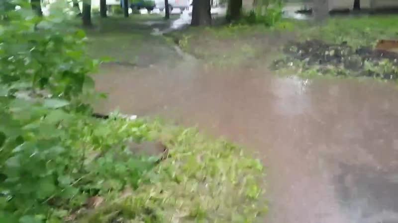 Жители дома по улице Лихвинцева в Ижевске жалуются на потопы