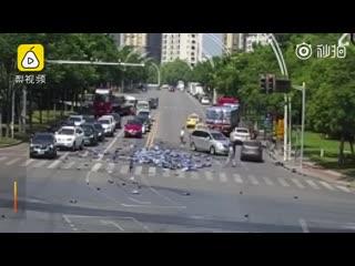 Трогательную картину можно было наблюдать накануне в утренний час пик на одной из улиц Нанкина.