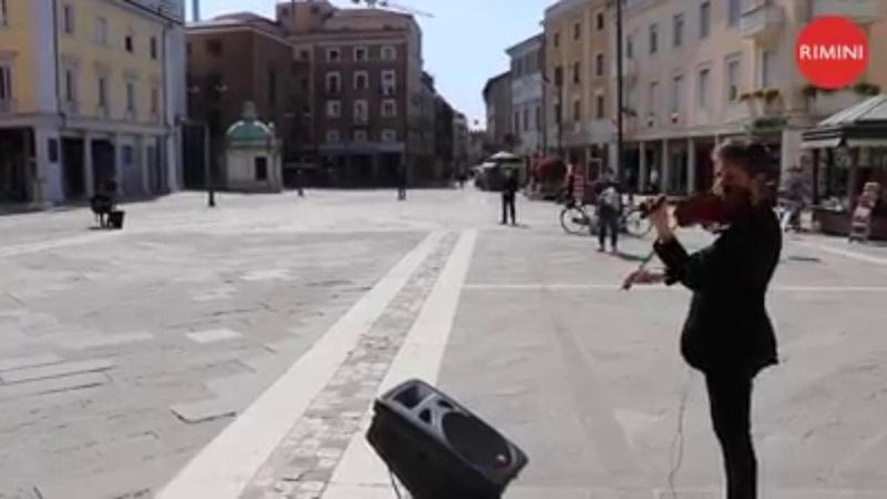 Bella ciao struggente a Rimini col violino di Federico Mecozzi