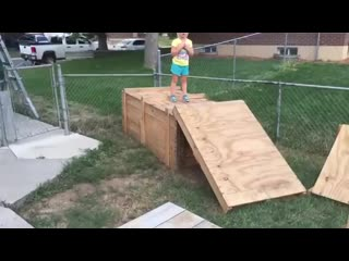 Отец построил для дочки полосу препятствий.mp4
