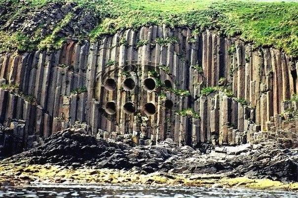 Древние гаджеты 1. Механизм Антикитера В руинах корабля был найден старейший в мире компьютер, созданный в Греции почти две тысячи лет назад. Изначально ученые считали, что перед ними всего лишь