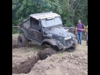 ГАЗ 69 вылезает из канавы с помощью лебедки!!!