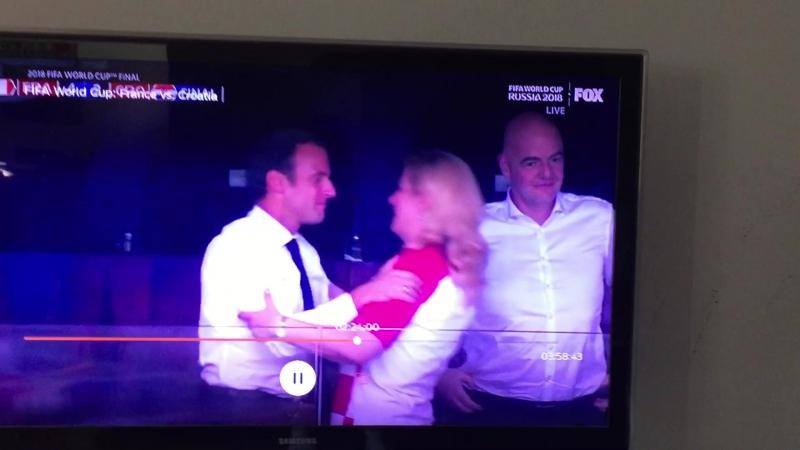 Macron_Kolinda_Grabar-Kitarovic_kisses_