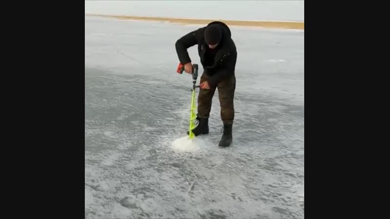 специально для ВАС нашли видео как без особых усилий можно просверлить лунку во льду обычным аккумуляторным шуруповертом ⚙️