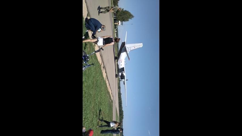 Взлёт самолёта вблизи на аэродроме Двоевка