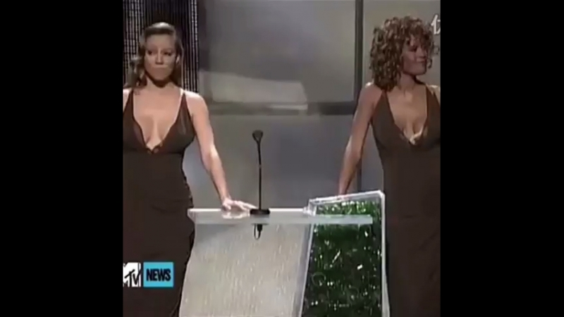 Mariah Carey and Whitney Houston appear in the same outfit at the 1998 VMA's