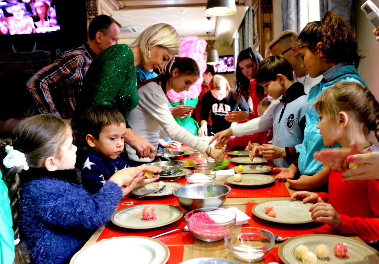 Воспитанники детского дома семейного типа Коломоец и детки, находящиеся под опекой у Лидии Ковалевой, научились готовить рафаэлло