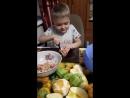 Готовит фруктовый салатик
