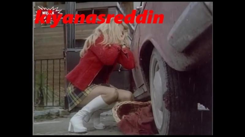 Türk filminde Hale Soygazi bacakarası frikik veriyor - erotik freekick scene