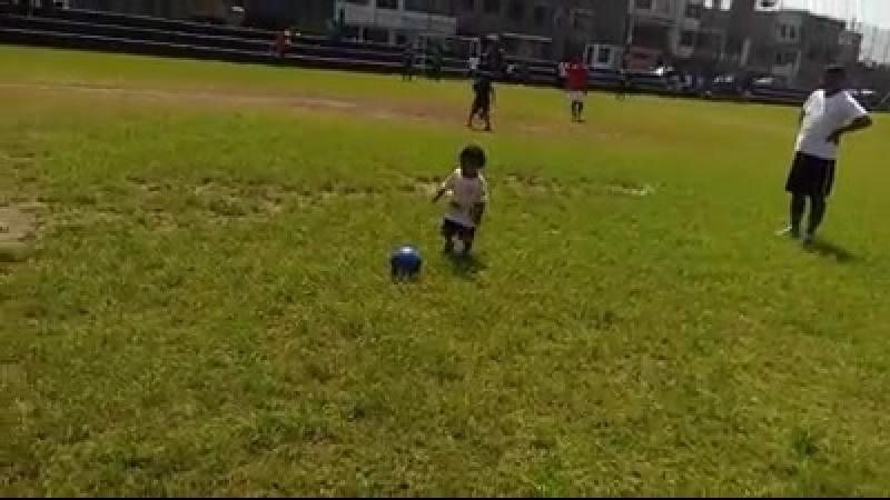 Un futbolista bebe