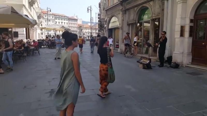 Балерина из Палестины не устояла перед мелодией уличного музыканта в Италии