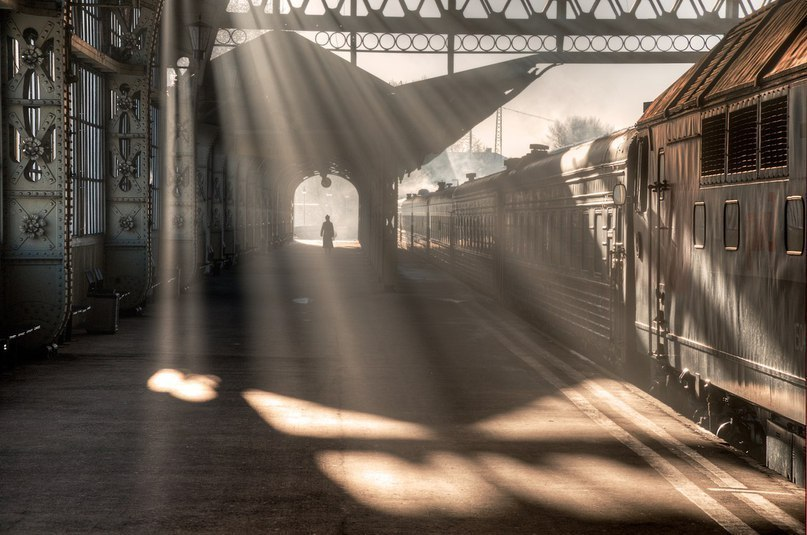 Чарующая игра света на Витебском вокзале (Санкт — Петербург)