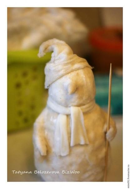 Поделки. Снеговик Для работы нам потребуются следующие материалы:влажные салфетки;клей ПВА (или мучной клейстер, или крахмальный клейстер);вата натуральная хлопковая;туалетная