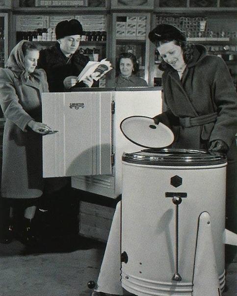 Неубиваемый агрегат На этом снимке 60-х годов, на который я наткнулся в интернете, узнал свой холодильник. Нет, не тот, конечно, который на фото ,а другой, но точно такой же, «Саратов-II». У