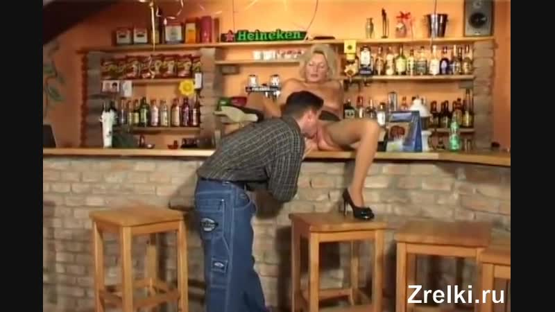 Зрелую мамку уборщицу в чулках трахает в баре молодой