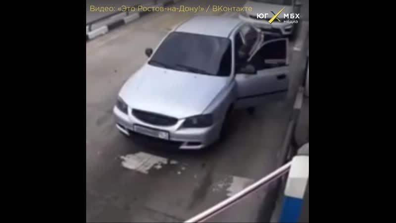 Мужчина ломает шлагбаум на трассе М 4 Дон чтобы не платить