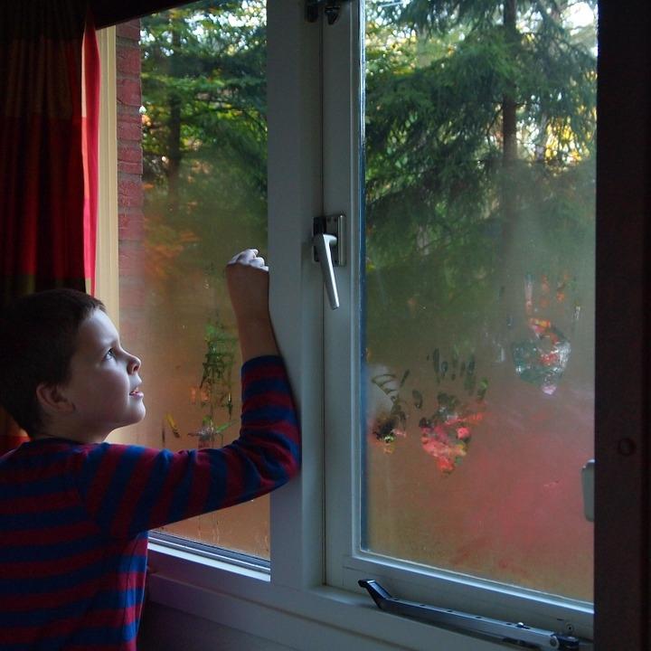 В Марий Эл маленький ребенок выпал из окна