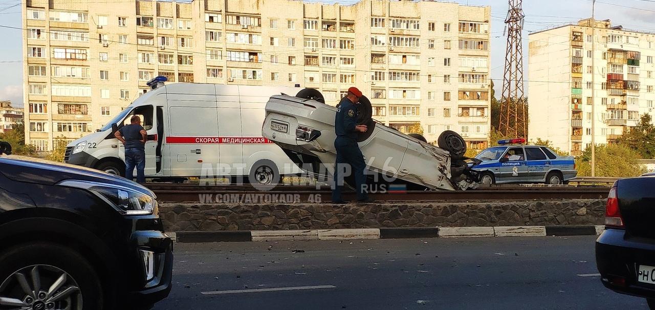В центре Курска пьяный водитель опрокинул машину на трамвайные рельсы