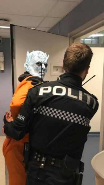 В Норвегии Ночной дозор копов задержал Короля Ночи за порчу Стены и жестокое обращение с животными Оказывается, норвежские полицейские тоже поклонники Игры престолов и с чувством юмора у них