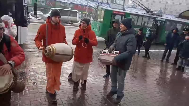 С танцами и барабаном кришнаиты на Маркса в Новосибирске
