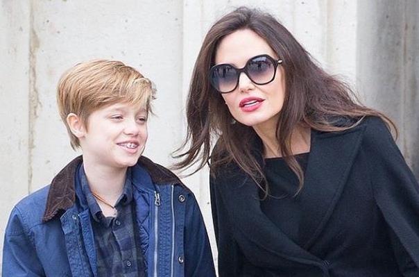13-летняя дочь Анджелины Джоли, которая хочет сменить пол, хочет переехать к отцу!